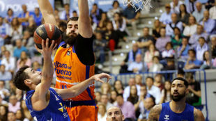 Ferrán Bassas intenta evitar el tapón de Bojan Dubljevic.