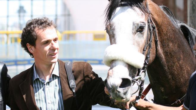 Guillermo Arizkorreta junto a uno de sus caballos.