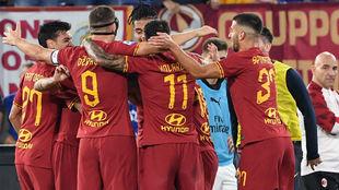 Los jugadores de la Roma celebran el gol de Zaniolo.