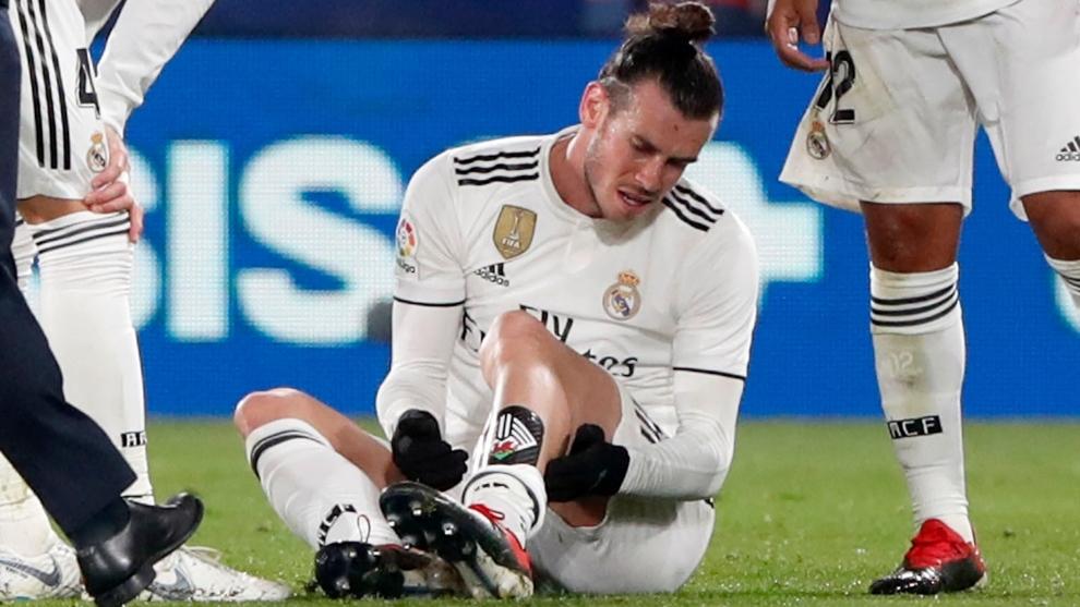 Bale se queja del soleo durante un partido.