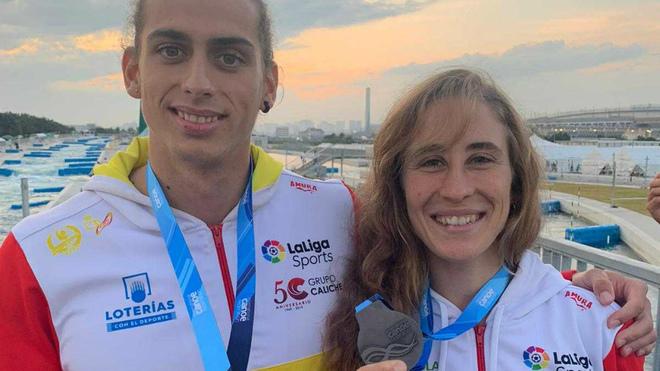 David Llorente y Nuria Vilarrubla posan con sus medallas logradas en...