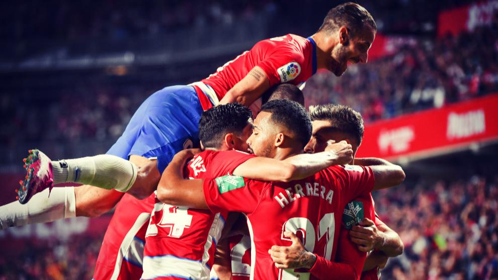Los jugadores del Granada celebran un gol marcado en una jornada...