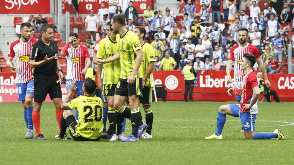 Los jugadores del Real Zaragoza protestan la expulsión de Grippo en...