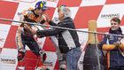 Agostini, bromeando con Márquez en el podio de Phillip Island.