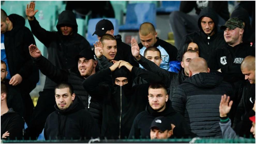 Aficionados búlgaros realizan el saludo nazi ante Inglaterra.