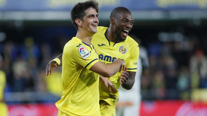 Gerard Moreno y Ekambi celebran un gol.
