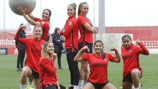 Las jugadoras del Atlético de Madrid posan tras un ejercicio en un...