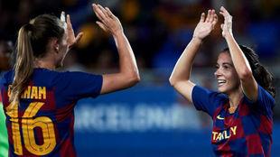Carolina Graham-Hansen y Aitana Bonmatí se felicitan tras marcar un...