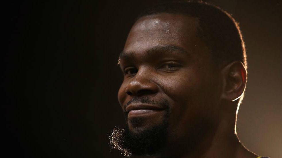 Kevin Durant posa sonriente cuando todavía era jugador de los...