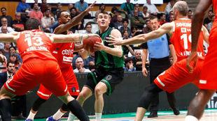 Dimitrijevic, rodeado por jugadores del Cedevita Olimpia.