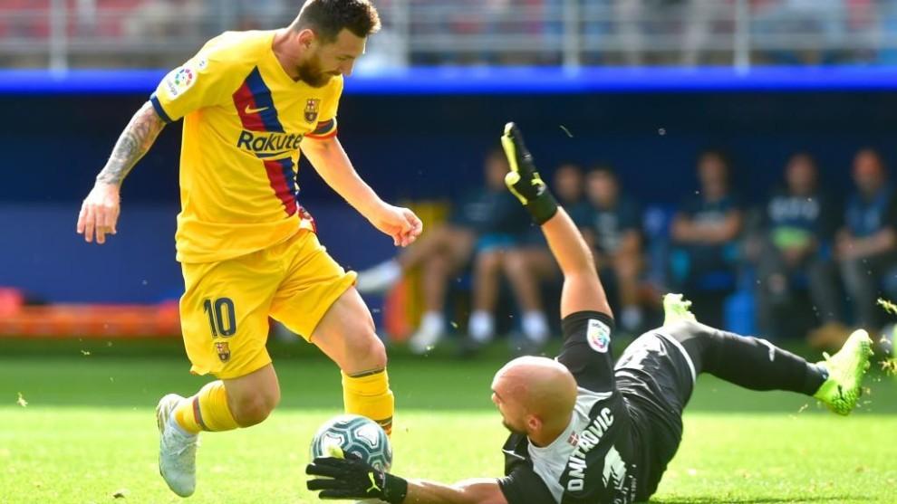 Dmitrovic se lanza al césped para intentar detener un avance de...