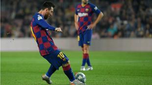 Leo Messi lanza la falta contra el Valladolid.