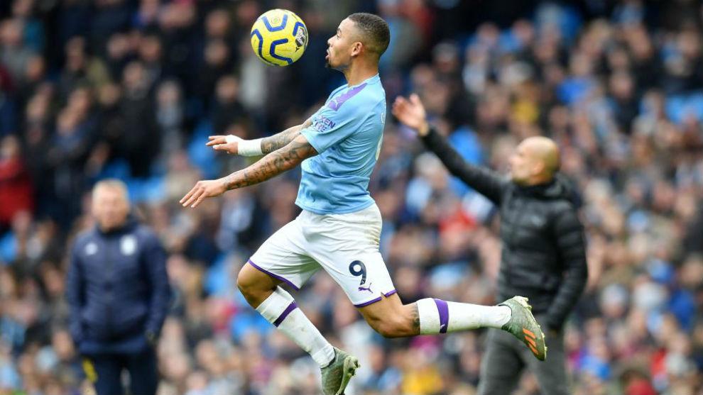 Gabriel Jesus controla un balón con el City
