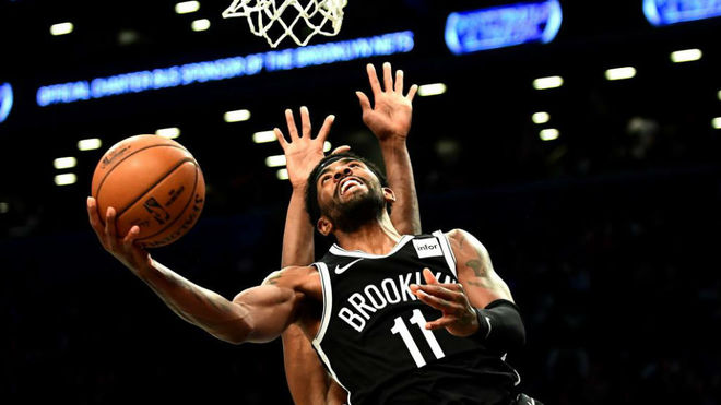 Kyrie Irving intenta anotar una bandeja frente a los Knicks
