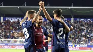 Jugadores del Huesca celebran un gol ante el Elche en El Alcoraz