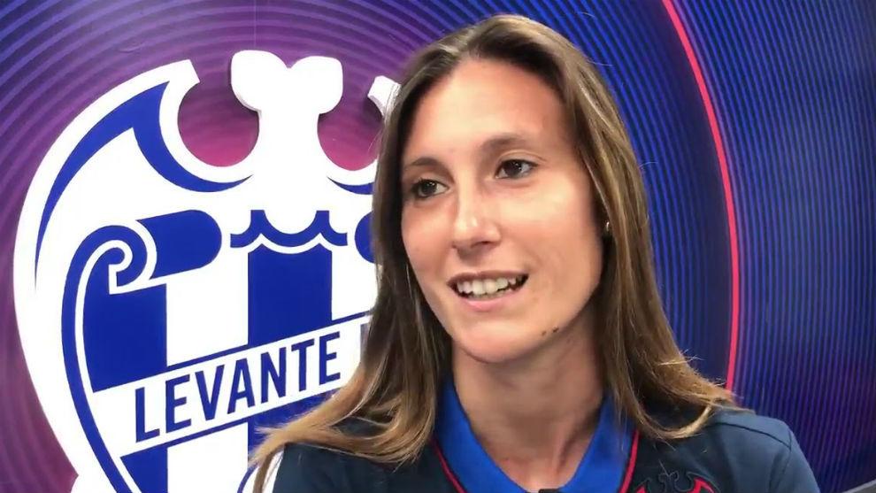 Gemma Gili atiende a los medios oficiales del Levante.