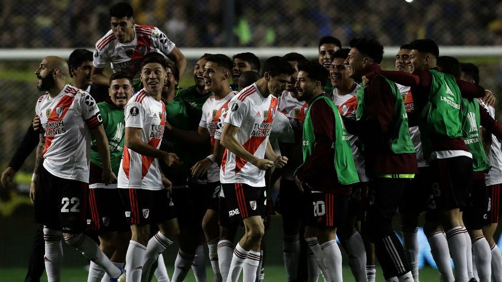 Los jugadores de River Plate celebran su pase a la final tras eliminar...