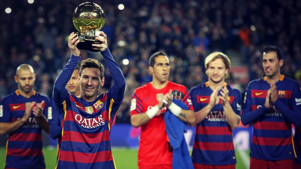 Leo Messi ofrece a la afición del Camp Nou el trofeo ganado en 2015.