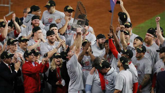 Los Nationals celebran el campeonato ganado.