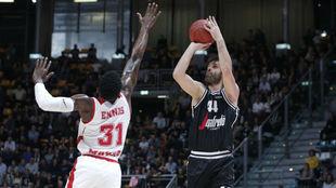 Milos Teodosic lanza por encima de Dylan Ennis