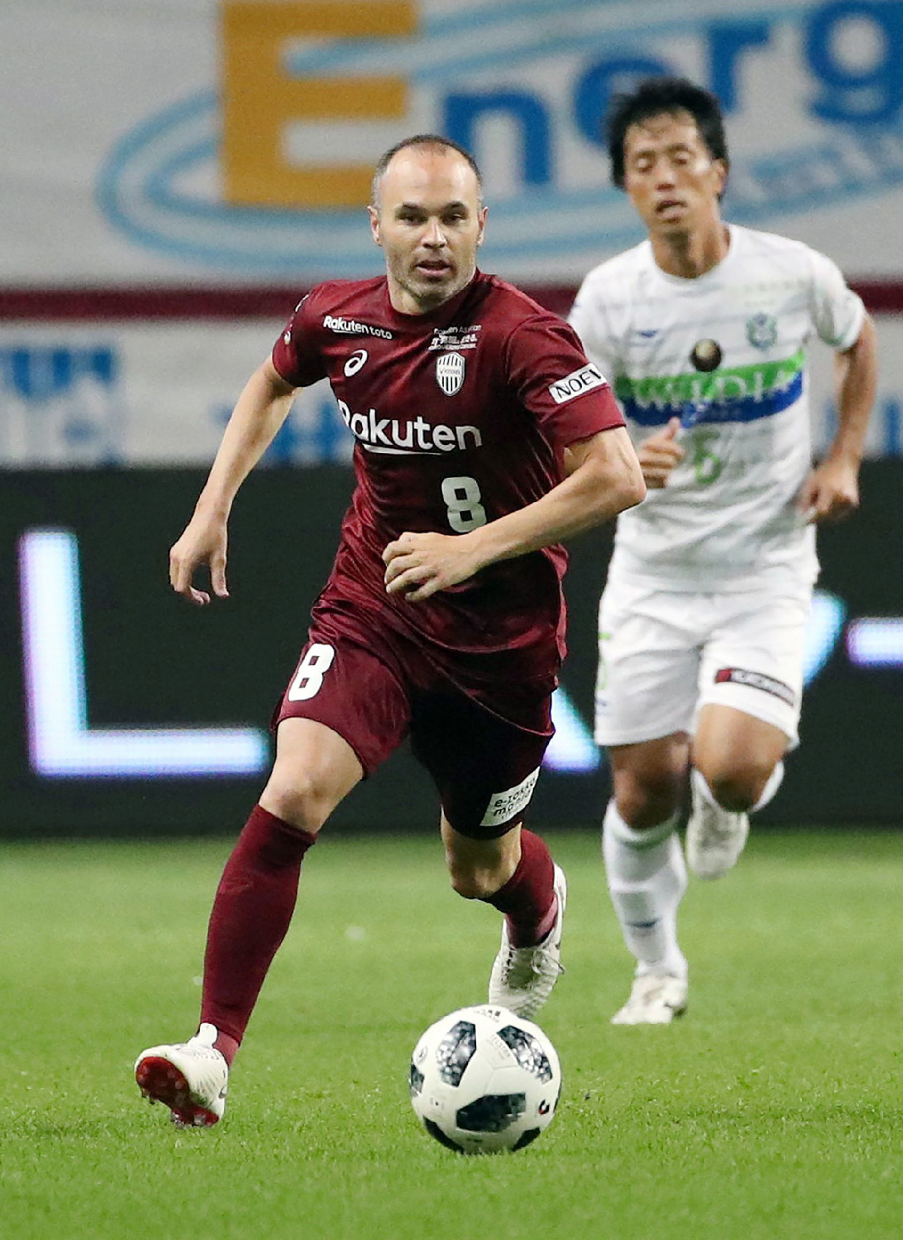 J-League club team Vissel Kobes new signing, Spanish player <HIT>Andres</HIT><HIT>Iniesta</HIT> (L), controls the ball during a football match against Shonan Bellmare at Noevir Stadium in Kobe, Hyogo prefecture on July 22, 2018. / AFP PHOTO / JIJI PRESS / JIJI PRESS / Japan OUT