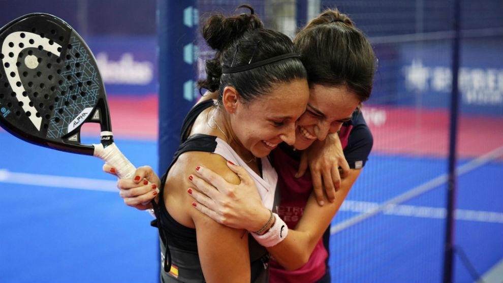 Tamara Icardo y Sandra Hernández se abrazan tras ganar a Ariadna...