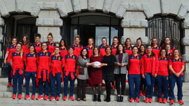 La selección española de rugby en la puerta del Museo de América.