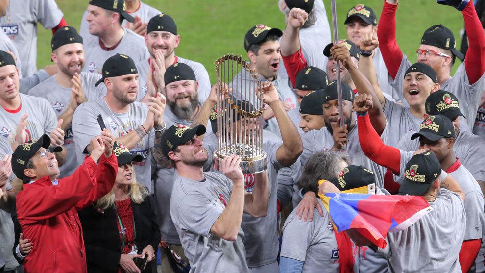 Max Scherzer sostiene el Trofeo del Comisionado de la MLB