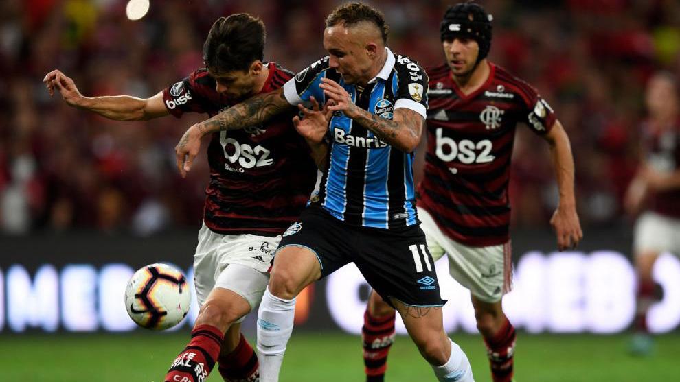 Rodrigo Caio luchando un balón en la semifinal de la Copa Libertadores ante Gremio