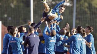 Manu García, manteado por sus compañeros tras ser convocado por la...