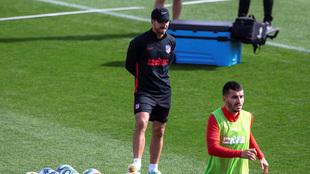 Simeone observando a Correa en el entrenamiento de este viernes