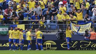 Marcos Mauro celebra su gol con sus compañeros y la afición