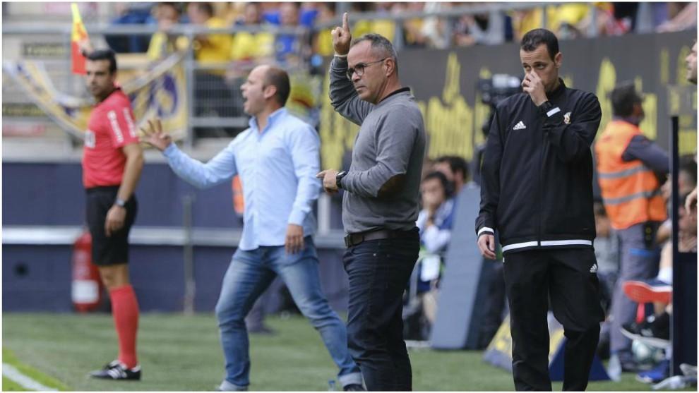 Álvaro Cervera y José Alberto, junto al cuarto árbitro