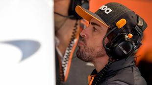 Fernando Alonso, invitado en el box de McLaren.