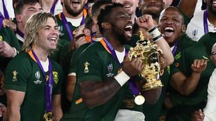 Siya Kolisi alza la Copa Webb Ellis