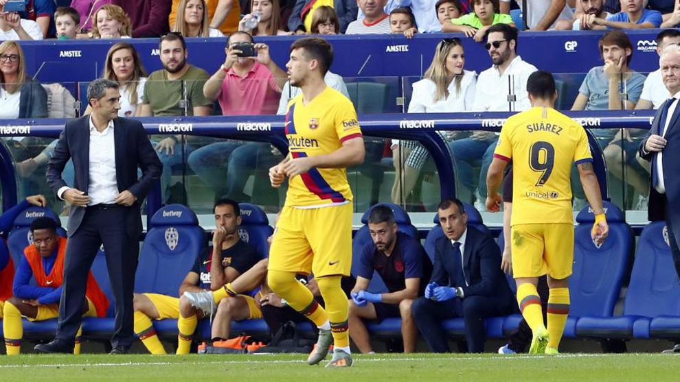 Suárez se retira lesionado ante la mirada de Valverde
