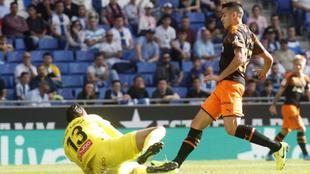 Maxi, ante Diego López durante el partido contra el Espanyol.