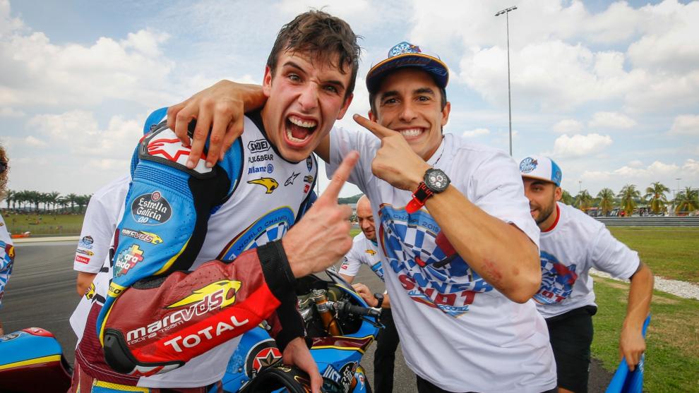 Álex y Marc Márquez celebran el título de Moto2.