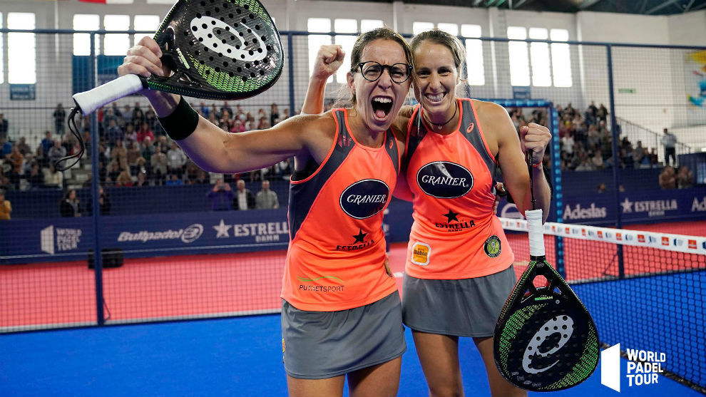 Gemma Triay y Lucía Sainz se abrazan tras ganar un partido en...