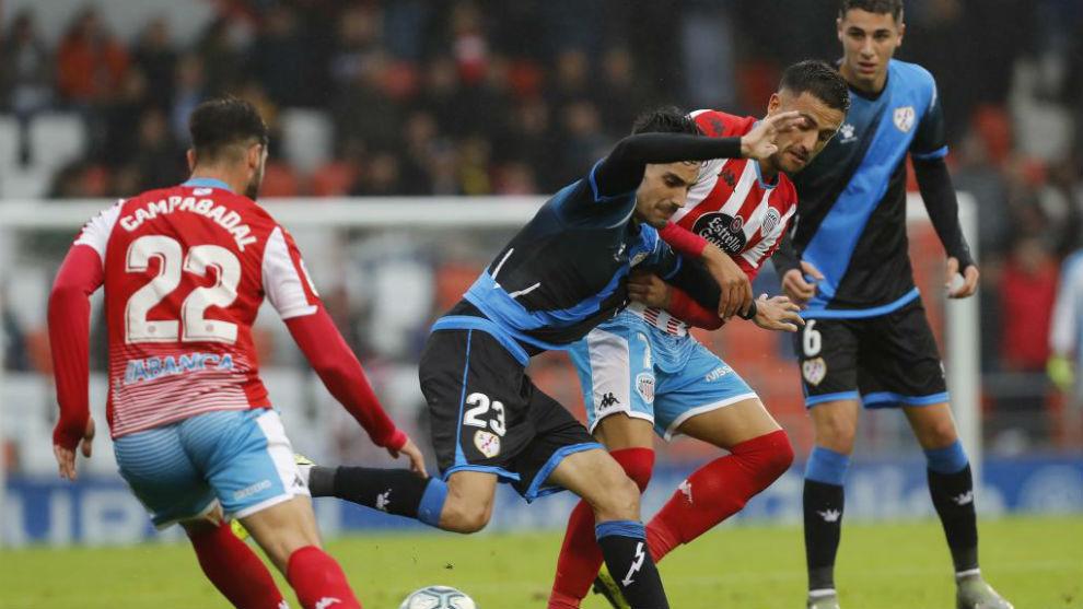 Cristian Herrera, autor del gol decisivo, pugna con Óscar Valentín...