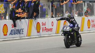 Viñales, entrando en meta vencedor ayer en Sepang.