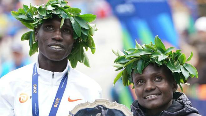 Joyciline Jepkosgei y Geoffrey Kamworor celebran su victoria en Nueva...