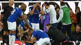 Los compañeros de André Gomes en el Everton y Son se echan las manos...