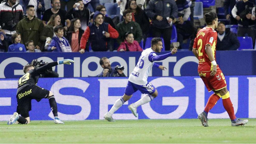 Luis Suárez celebra su primer gol a Las Palmas en La Romareda