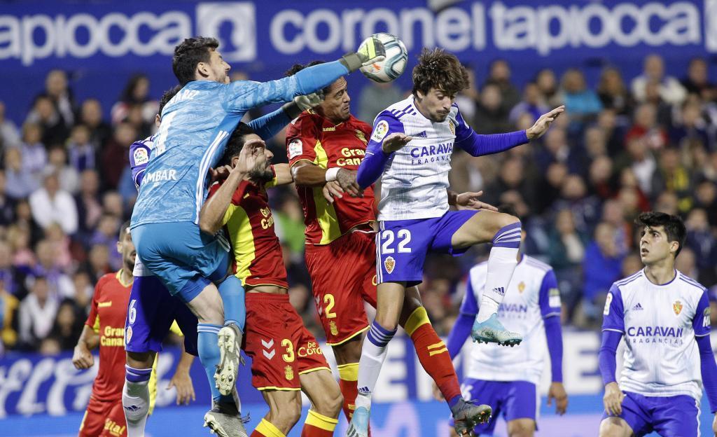 Cristian Álvarez, que acabó lesionado, despeja de puños con...