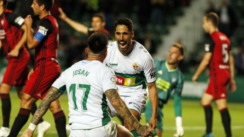 Fidel celebra y agradece a Josan el pase para el segundo gol suyo ante...