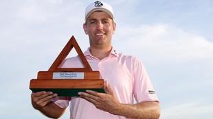 Brendon Todd posa con su trofeo de vencedor