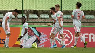 Los jugadores de España celebran el gol de Moriba ante Camerún.