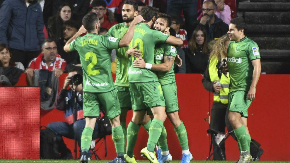 Los jugadores de la Real celebran uno de los goles de Portu