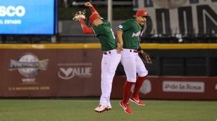Javier Salazar y Jonathan Jones durante el juego ante Estados Unidos.